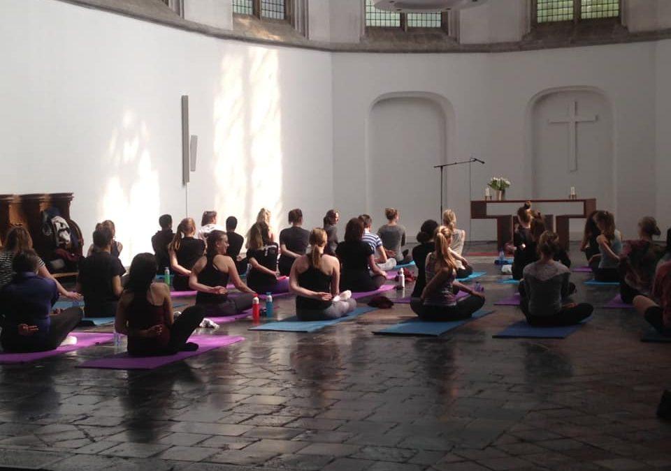 Mooi begin van Well Being Week: yoga in de Janskerk!